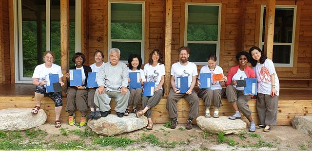 자신이 만든 전통책을 자랑하는 생생문화재사업 외국인 참가자들 (1).jpg