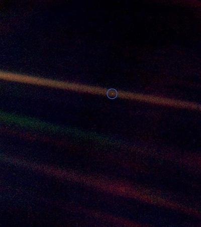 태양 반사광 속에 있는, 파랑색 동그라미 속 희미한 점이 지구이다..jpg