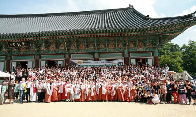 사진3. 53차 명상여행 동참 사부대중이 단체사진을 촬영하고 있다..jpg