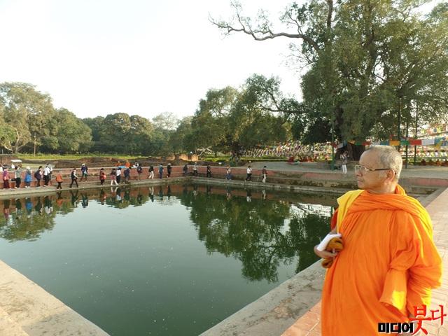 룸비니 동산 무우수 나무 아래에 있는 연못. 싯다르타를 낳은 마야 왕비는 이 못의 물로 목욕을 했다..jpg