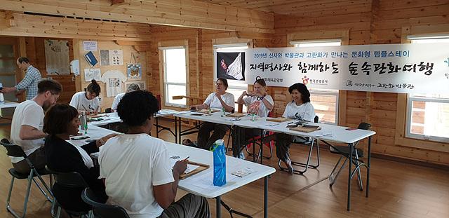 목판화체험하는 숲속판화여행 참가자들.jpg