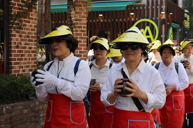 1. 어르신들이 미니장독을 들고 제3회 종로 장 축제의 개막을 알리는 행진을 하고 있다..jpg