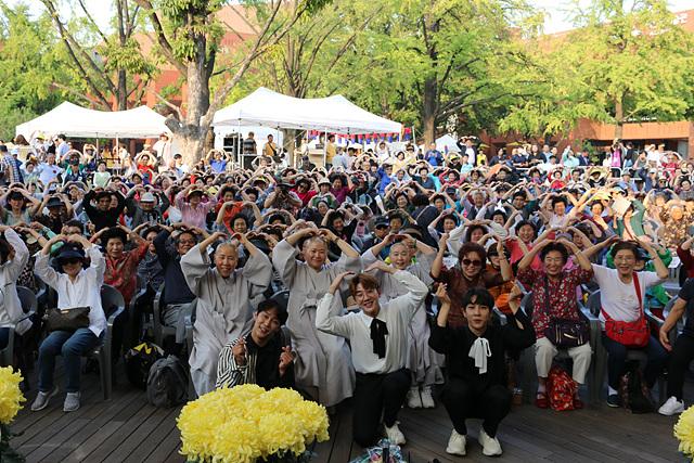 8. 폐막공연 직후 종로노인종합복지관장 정관스님과 참여자들이 단체사진을 찍고 있다..jpg