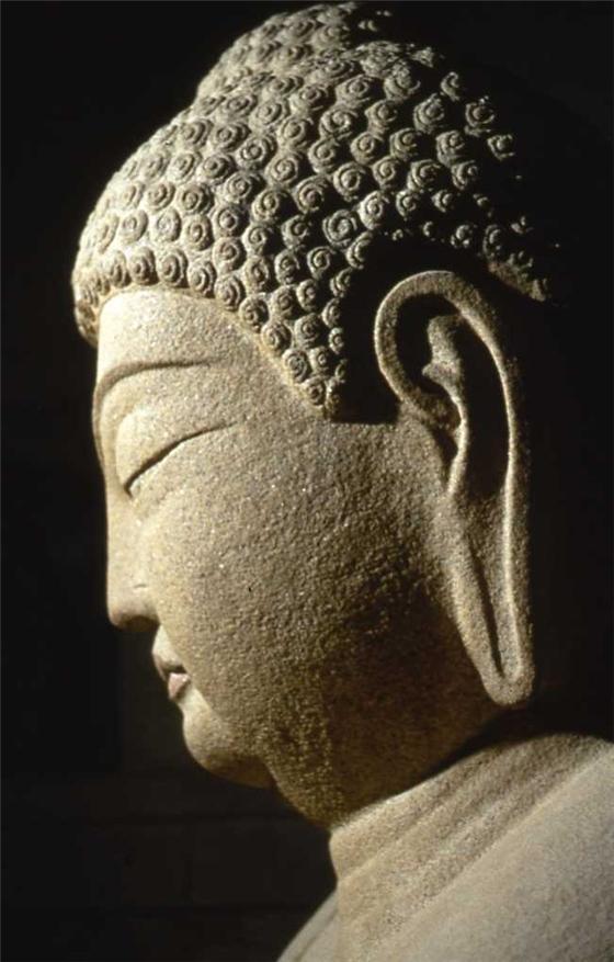 (도판26) 석가모니 붓다의 머리 모양. 항마성도상, 석굴암 본존불, 통일신라시대. 부처님의 머리가 여의주이고 거기에서 우주의 기운이 회전하며 뿜어져 나오고 있다. 즉, 법신(여의주)과 보신(법계 연기 또는 장엄 연기)의 표현이다.jpg