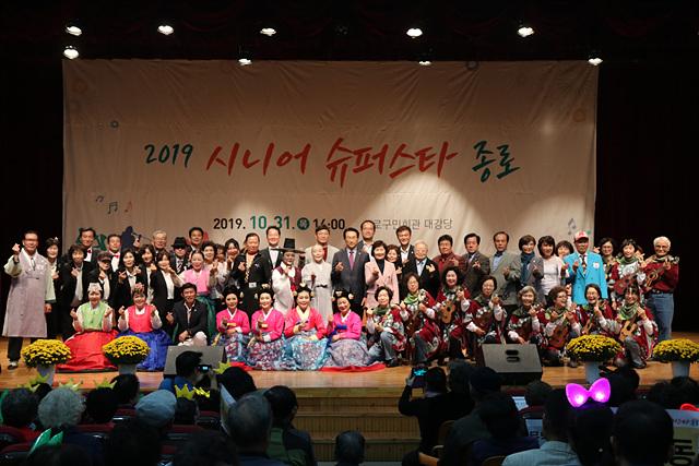 2. 행사에 참여한 내빈과 참가자들이 단체사진을 찍고 있다..jpg