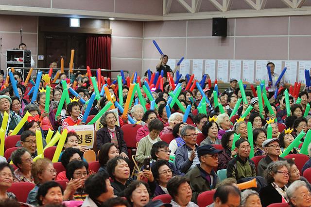 5-1. 관람객들이 막대풍선을 흔들며 참가자를 응원하고 있다..jpg