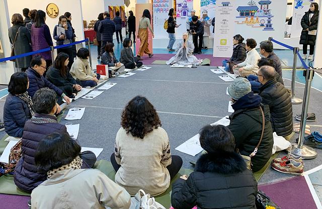 문화사업단은 14일 하루 특별 프로그램으로 힐링 명상을 진행했다.jpg