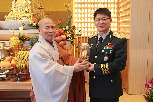 군종교구장 선묵혜자 스님이 황대일 중장에게 백제금동향로를 전달하고 있다.jpg