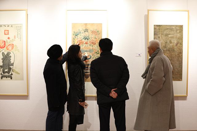한국세화를 관람하는 중국 전문가들.jpg