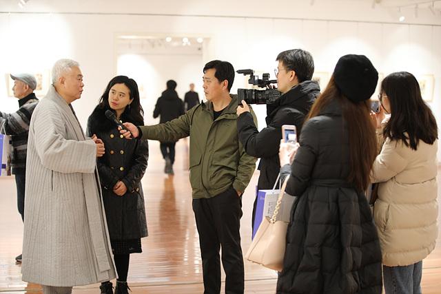 중국언론에 한국 세화를 설명하고 있는 한관장.jpg