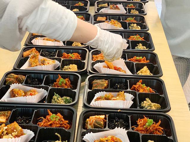 200310_버섯강정, 머위두부무침, 더덕초무침 등이 준비된 사찰음식 도시락.jpg