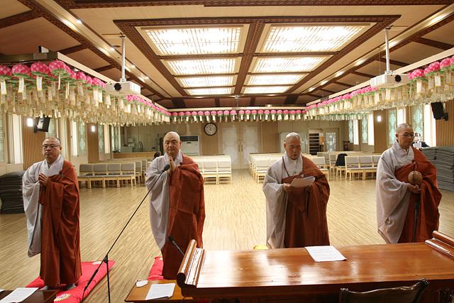 코로나19 종식을 위한 기도를 올리고 있는 군종특별교구 스님과 법사님들의 모습 1.jpg