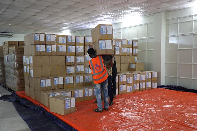 사진2. 콕스바자르에 도착하여 WFP물류창고에 적재하는 모습 (WFP제공 Brook Du Bois).jpg