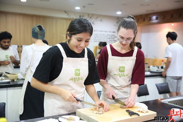 3 국제선센터_사찰음식을 만드는 외국인 사진(18.09.08 2회차).jpg