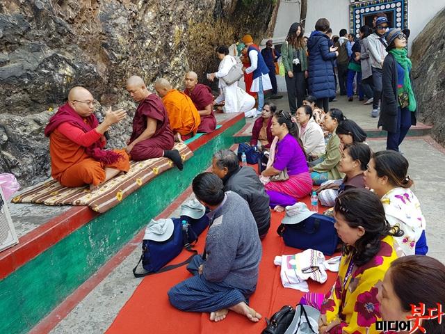 전정각산에서 순례객들에게 설법을 하고 있는 티벳 스님. 그러나 제자들이나 청중은 지루해 보인다..jpg