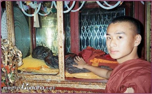 1997년 순룬수행센터에서 민잔의 순룬사야도 시신을 만지는 정준영교수. 당시 정준영 교수는 미얀마 마하시수행센터의 출가승이었다.
